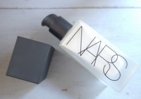 NARS All Day Luminous Weightless Foundation : un fond de teint ultra couvrant pour peaux moches